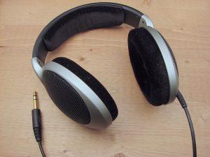 1200px-headphones-sennheiser-hd555